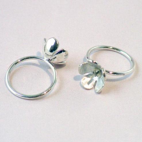 Zilveren ring met bloem/pin, maat 18.5, verpakt per stuk