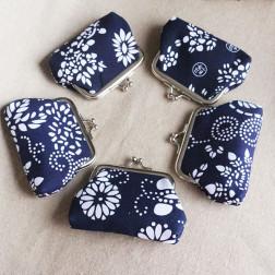 Klein Knipbeursje, bloemmotief, blauw-wit, 9 x 7 cm