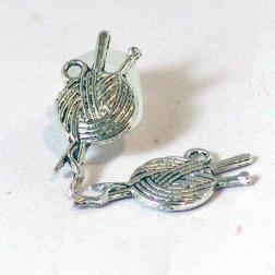 Zilverkleurige bedel, knotje wol, 25 x 10  mm, verpakt per 30  stuks